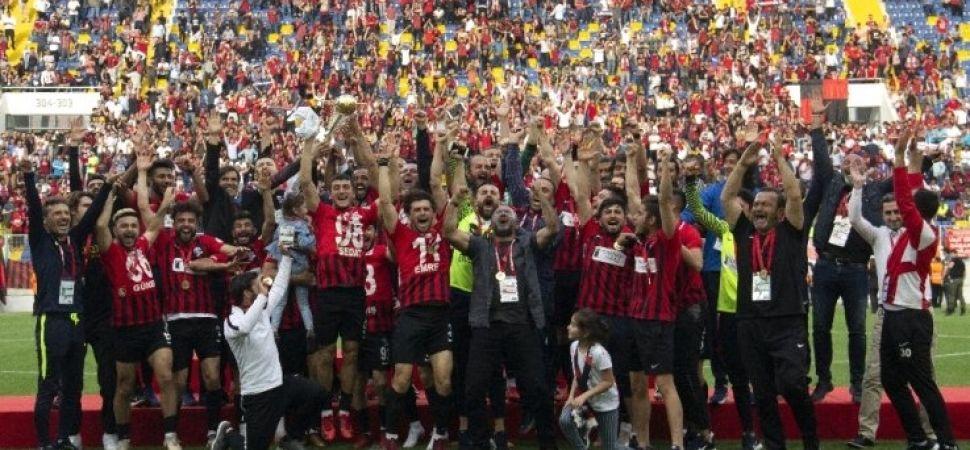 Van Büyükşehir Belediyespor 2. Lig'e yükseldi kupasını aldı