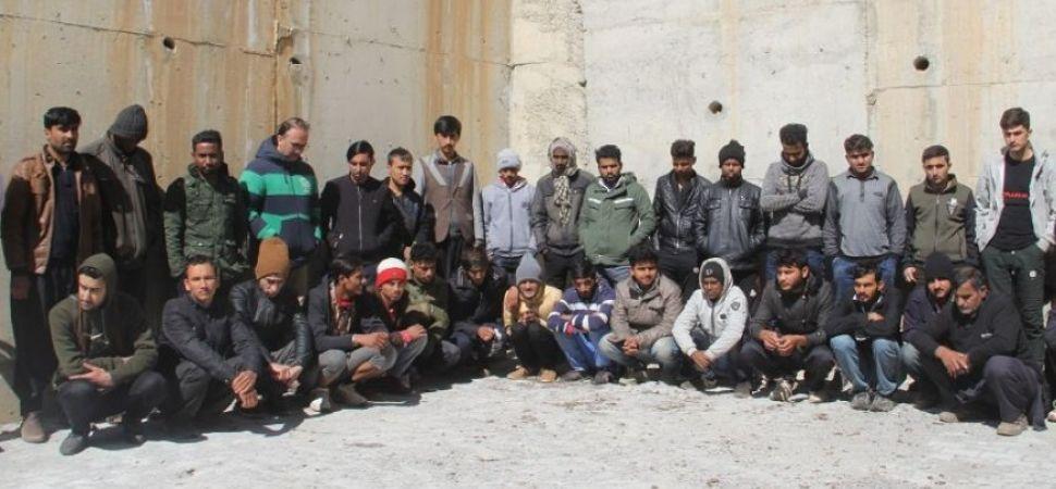 Başkale \'de 49 kaçak göçmen yakalandı.