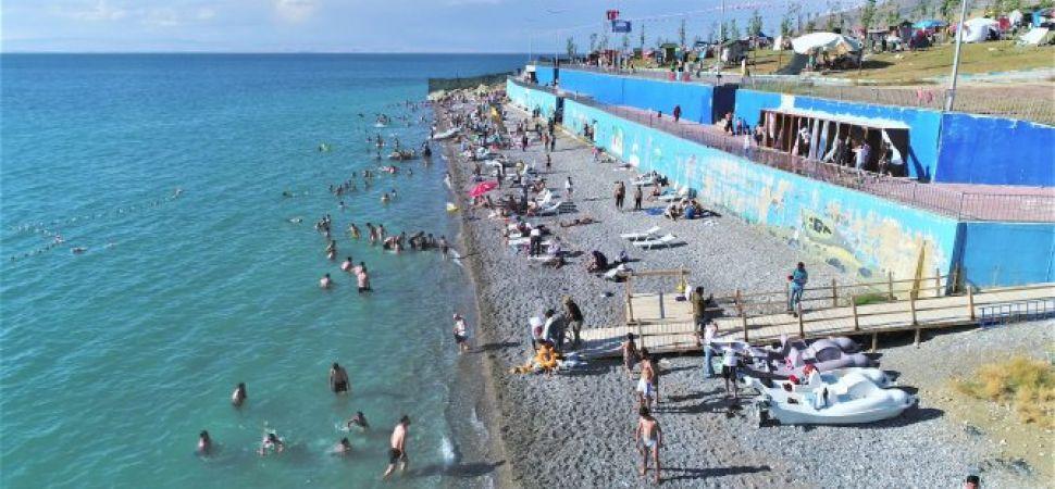 Van nın 'Mavi Bayraklı' plajında sezon açıldı