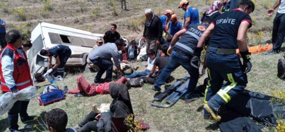 Kaçak göçmen taşıyan minibüs takla attı 15 ölü 49 yaralı.