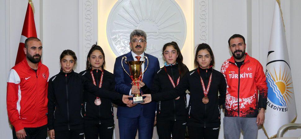 Vali Bilmez'den Başarılı Sporculara Ödül