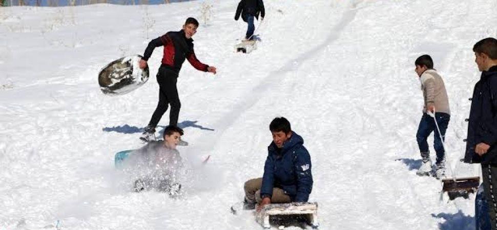 Başkale'de Çocukların Bidonla Kayak Keyfi
