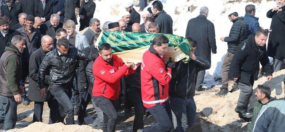 Depremde hayatını kaybedenler toprağa verildi