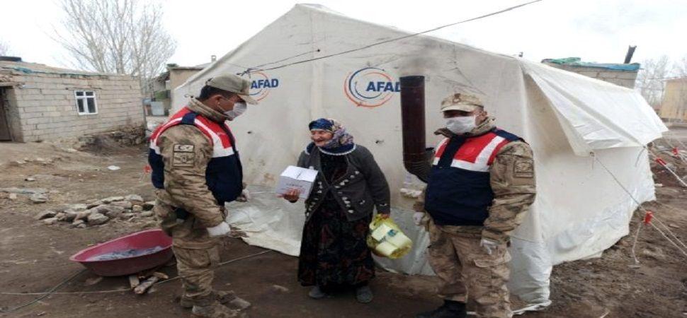 Başkale'de yaşlıların ihtiyaçları evlerine teslim ediliyor