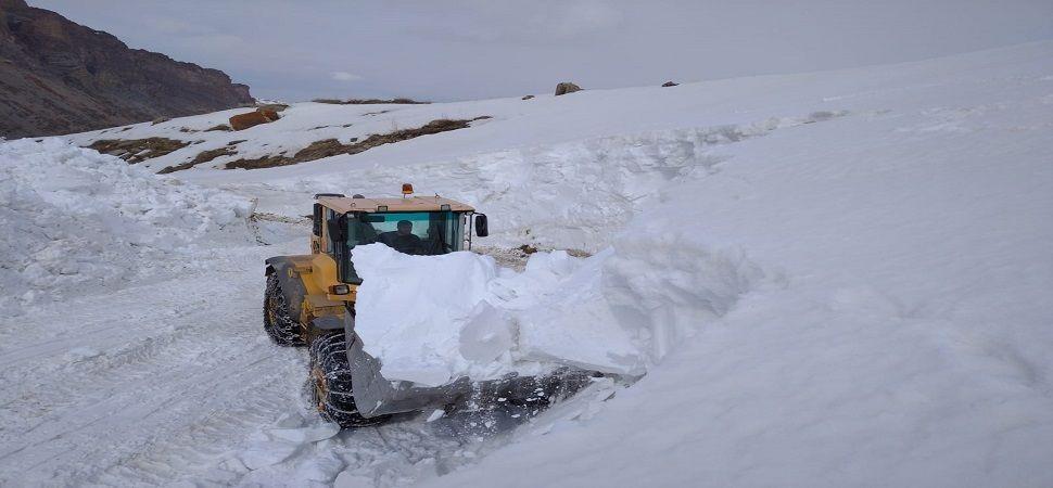 Başkale'de mayıs ayında karla mücadele çalışması.