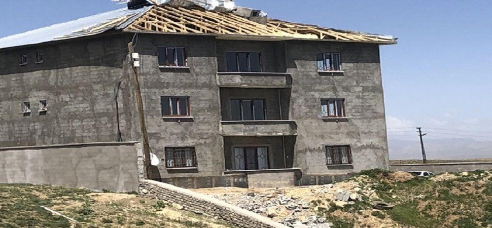 Başkale'de fırtına çatıları uçurdu