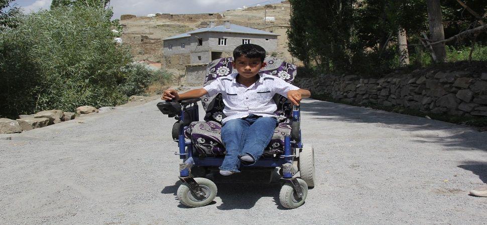 Başkale Belediyesi doğuştan engelli Gökhan için yol yaptı