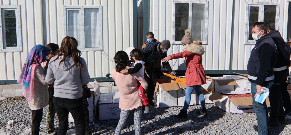 Köy çocuklarını ısıtan yardım