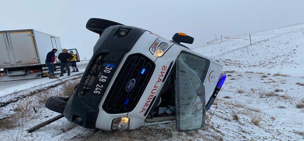 Başkale'de Ambulans Yan yattı