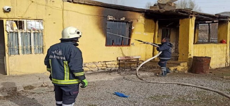 Başkale'de bir ev yandı.