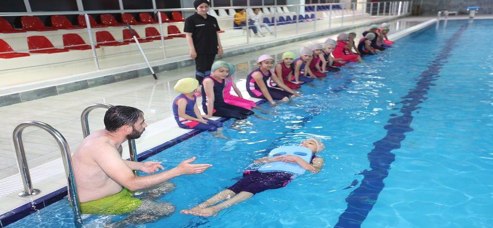 Başkale'de çocuklara yüzme eğitimi veriliyor