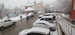 Başkale'de etkili olan kar yağışı ilçeyi beyaza bürüdü