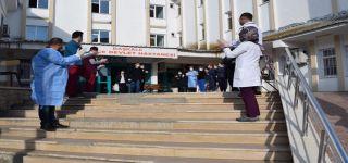 Başkale'de Kovid-19 tedavisi tamamlanan 8 kişi alkışlarla taburcu edildi