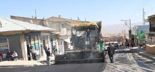 Başkale'de caddeler sıcak asfaltla yenileniyor.