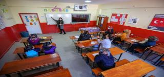 Başkale'nin  Sınır köyünde görevli öğretmen gönüllerde taht kurdu
