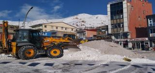 Başkale Belediyesi kamyonlarla kar taşıyor