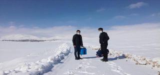 Başkale'de sağlıkçılar karlı yolları aşıp, aşı yapıyor